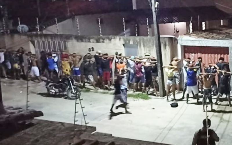 Eunápolis: Polícia Militar acaba festa com mais de 150 jovens no bairro Pequi 18